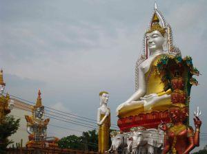 Fietstocht, boeddahbeelden onderweg