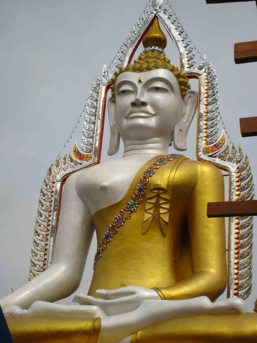 Fietstocht, boeddhabeeld onderweg