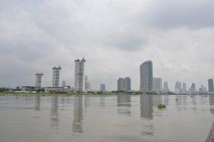 Skyline Bangkok vanaf Chao Phraya river