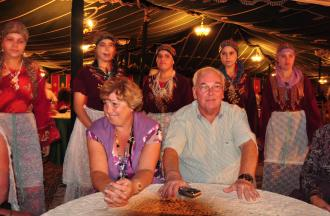 Berbers dansen om pa en ma heen