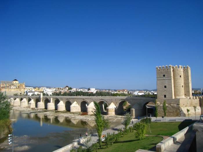 Brug over de Guadalquivir naar Judería