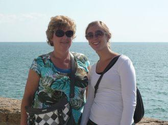 Moeder en dochter bij de Atlantische oceaan