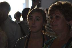 Moeder en dochter luisteren naar gids