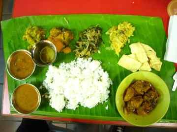 Heerlijk Indiaas eten van een bananenblad
