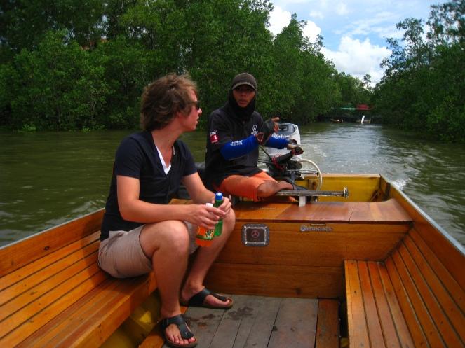 Op de boot door het palendorp