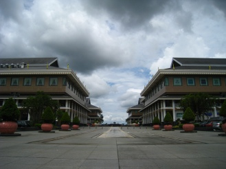 Shoppen in het Yayasan complex