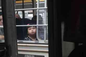 Meisje in bus in Sandakan