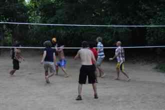 Volleyballen met de groep en staff