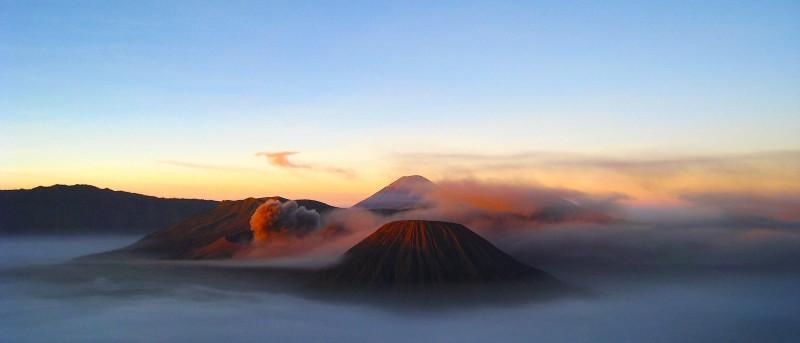 Bromo en Semeru vulkaan in de mist