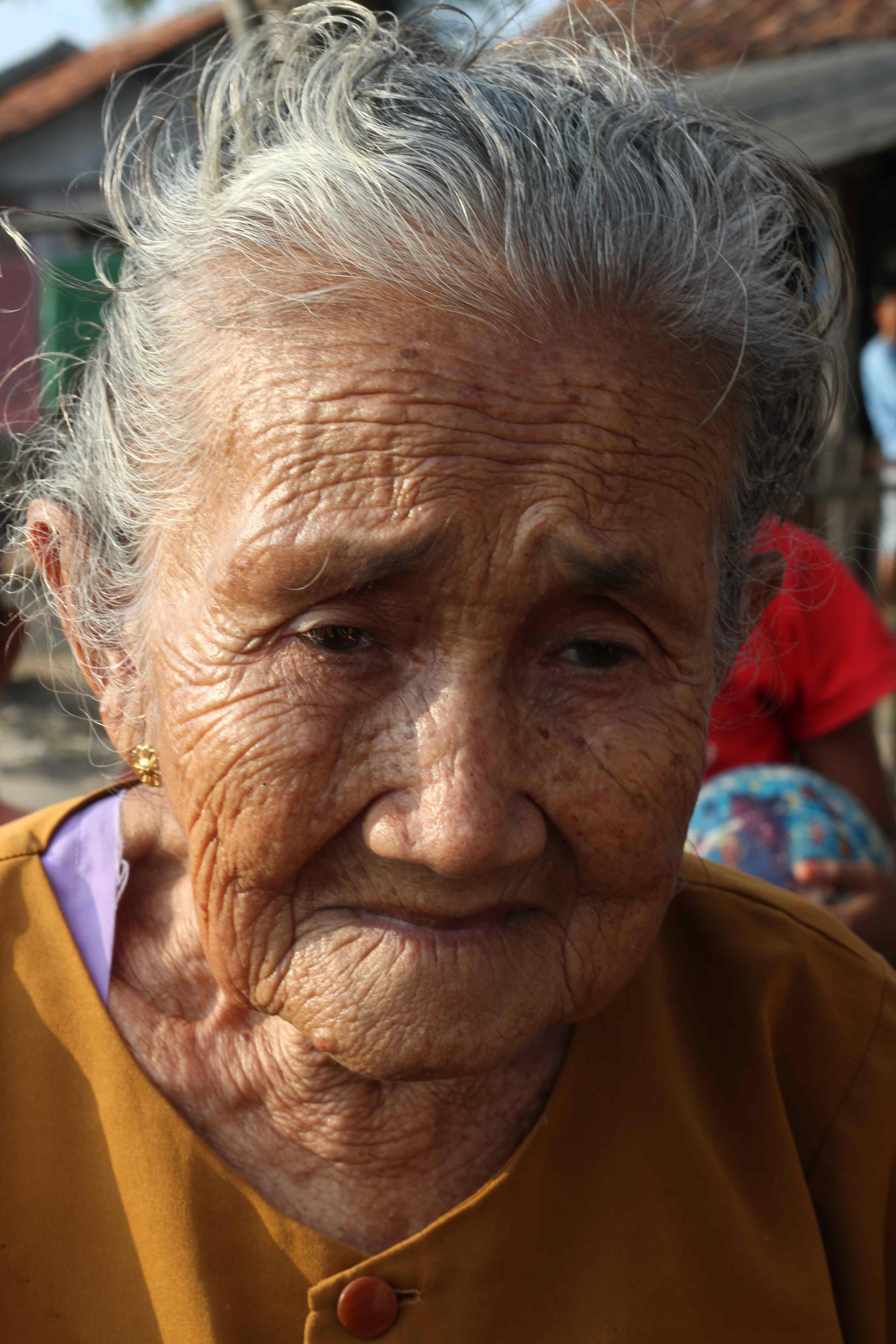 oud vrouwtje in bekasi footsteps abroad
