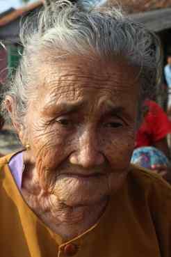 Oud vrouwtje in Bekasi