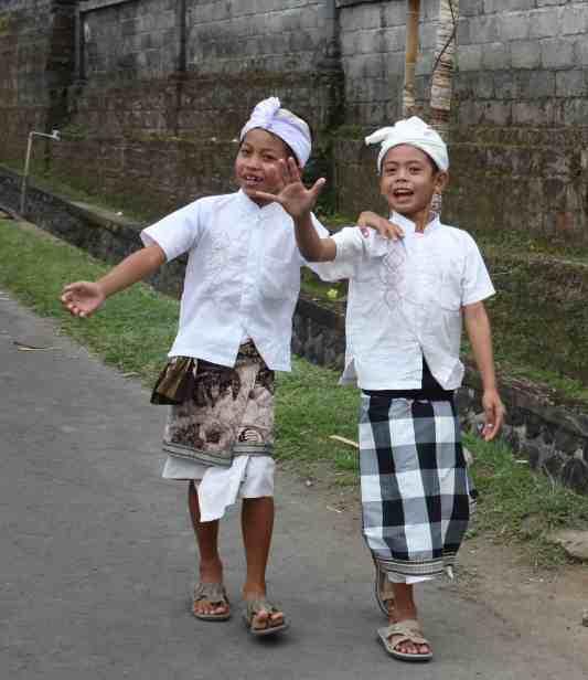 Jongetjes op weg naar een processie