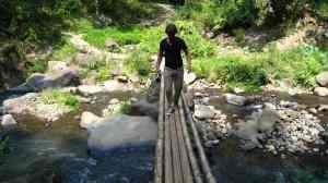Moni, bruggetje bij waterval