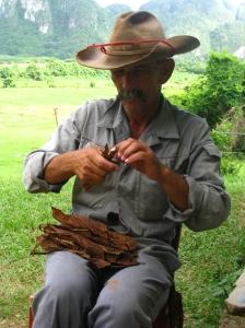 Boer die een sigaar maakt