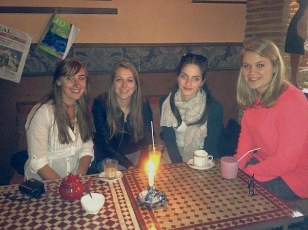 Thee drinken met Suzan, Réka en Nora
