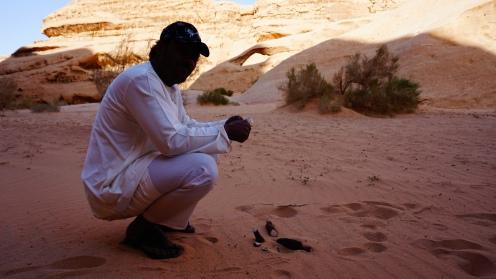 Wadi Rum, Abdullah schilt zoete wortel voor in de thee