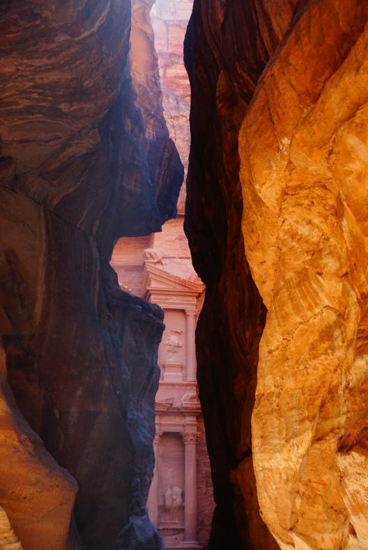 Petra, siq (kloof) die uitkomt bij de schatkamer