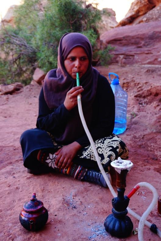 Petra, shisha roken en thee drinken bij de bedoeienen