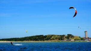 Kitesurfers voor Groene Strand
