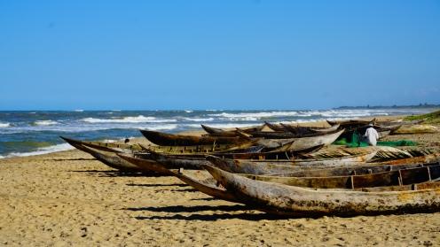 Pirogues op het strand