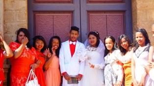 Antsirabe, bruidspaar bij de kathedraal